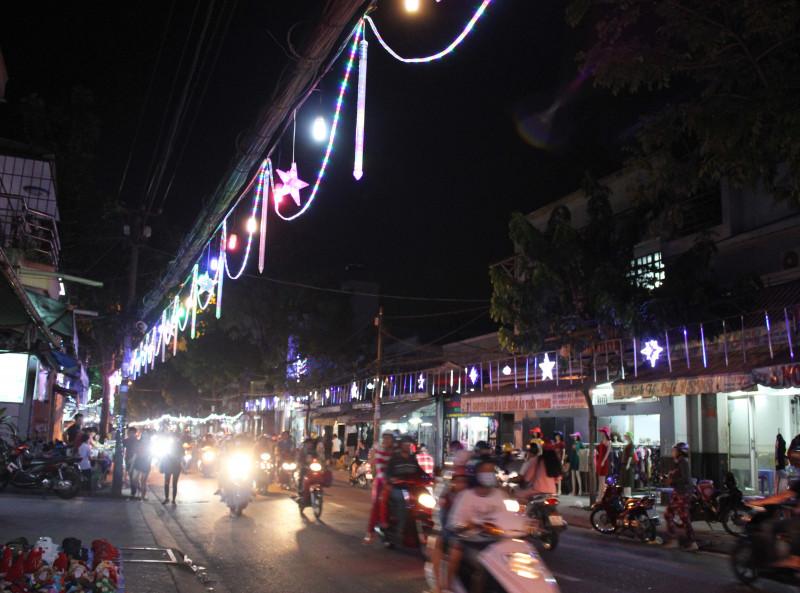 Hằng năm cứ vào khoảng đầu tháng 12, người dân ở đây lại chuẩn bị trang hoàng nhà cửa đón Noel, đèn led đủ màu sắc được bắt dọc hai bên đường.