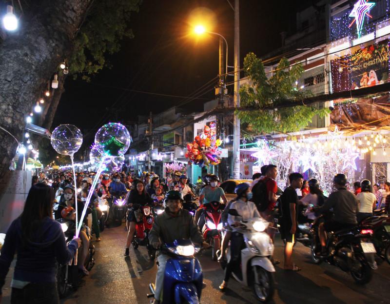 Đường Phạm Thế Hiển luôn chật cứng người đi bộ và xe trong mùa Giáng Sinh.
