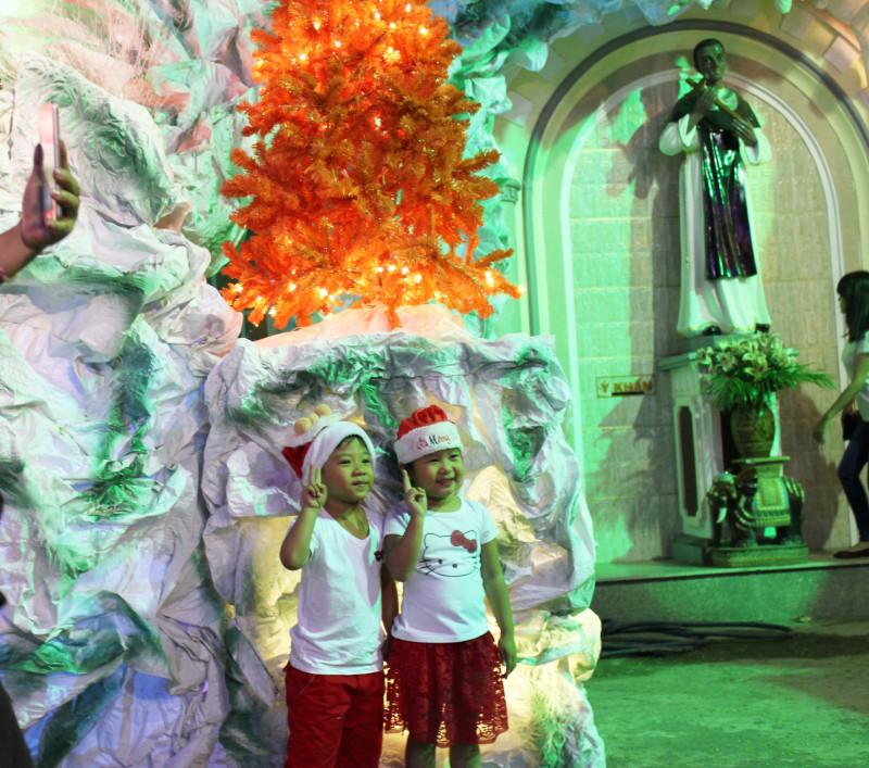 Các em bé thích thú khi được mặc đồ Noel và chụp hình tại các hang đá lung linh