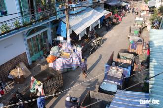 Hình ảnh quen thuộc ở Sở Thùng với những chiếc xe hốt rác ngược xuôi tỏa đi khắp thành phố - Ảnh: NGỌC HIỂN