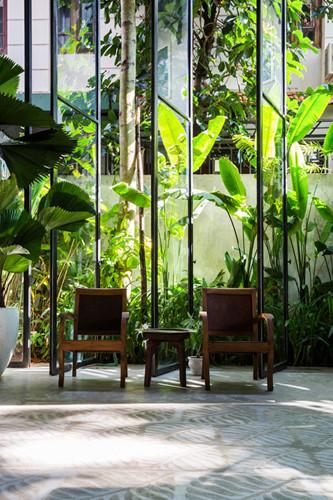 Hệ thống cửa xoay vừa là vách ngăn trong nhà với khu vườn vừa tăng cường khả năng hút gió và thông thoáng tự nhiên.