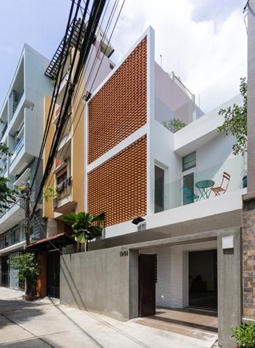 Ngôi nhà ống tại quận Phú Nhuận của một gia đình 5 người khiến ai ngang qua cũng phải trầm trồ bởi mặt tiền độc đáo và thiết kế giếng trời tiện ích.