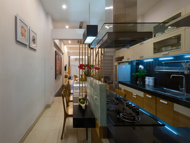 Phòng bếp và khách được bố trí ở tầng 1 với nội thất tối giản nhưng đẹp hiện đại.