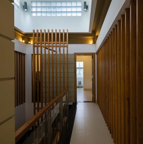 Những bức tường gỗ ghép giúp thông gió và ánh sáng.