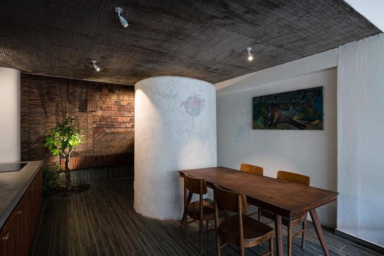 Một điểm nhấn nữa trong nhà là bức tường xếp ngói.
