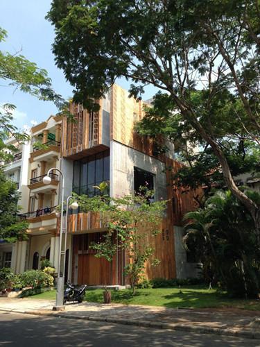 Nằm trong khu đô thị Phú Mỹ Hưng, TP HCM, căn nhà ống 4 tầng theo phong cách Nhật với diện mạo hoàn toàn mới lạ.