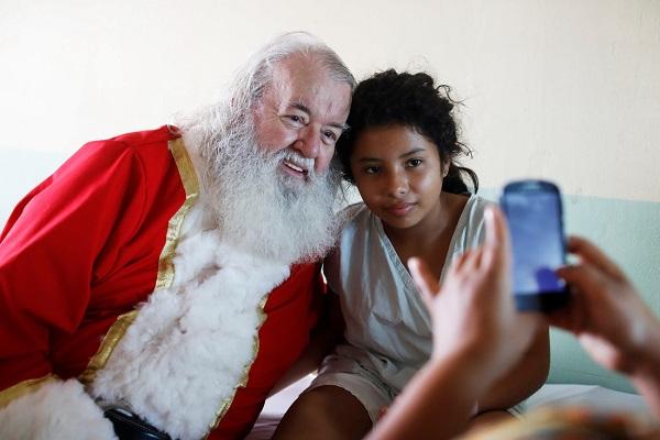 Ông Einar Sveinsson trong tranh phục ông già Noel đi thăm bệnh viện nhi quốc gia Benjamin Bloom ở San Salvador, El Salvador - Ảnh: REUTERS