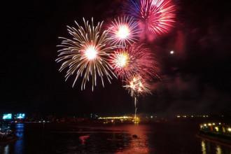 Bắn pháo hoa đón năm mới là hoạt động thường niên của TP.HCM. Ảnh: Hải An.