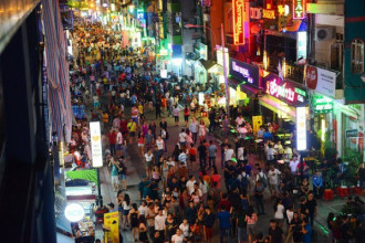 Phố đi bộ Bùi Viện là tuyến phố đi bộ thứ hai ở TP.HCM sau Nguyễn Huệ được đưa vào hoạt động phục vụ người dân và du khách - Ảnh: QUANG ĐỊNH