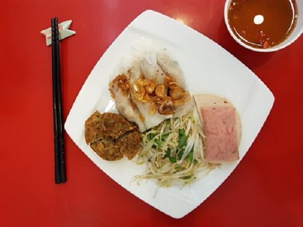 Đĩa bánh đầy đủ với chả lụa, nem chua, bánh đậu chiên, hành phi và tinh dầu cà cuống nhỏ trong nước chấm kèm trông hấp dẫn hơn hẳn Thiên An