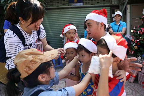 Những chiếc nón Noel được đội cho các em nhỏ để chụp ảnh