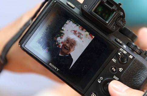 Niềm vui của một cụ bà được ghi lại trong máy ảnh