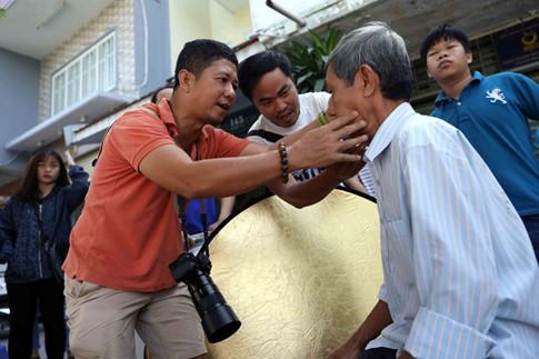 Người dân đến chụp ảnh được chăm chút chỉn chu trước khi bấm máy