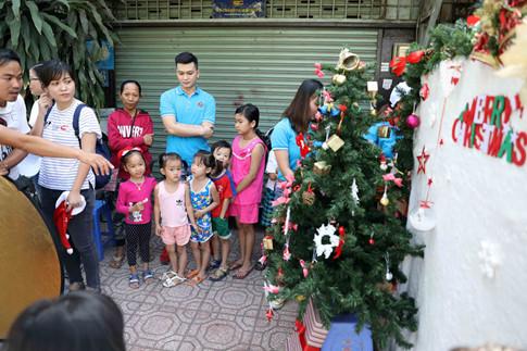 Rất đông trẻ con và người lớn xếp hàng dài chờ chụp ảnh