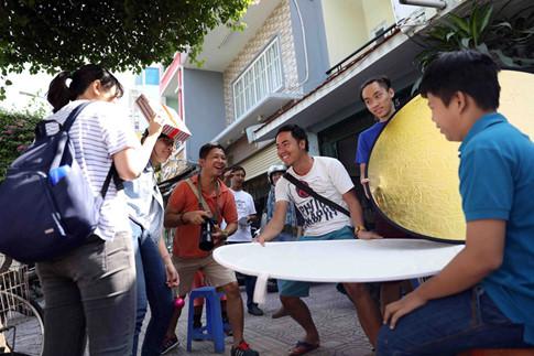 Các bạn trẻ trong tổ chức HELP – PORTRAIT Việt Nam vui vẻ trong buổi chụp ảnh cho bà con