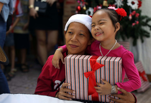 Niềm phấn khởi của hai mẹ con chị Lan khi được chụp ảnh miễn phí