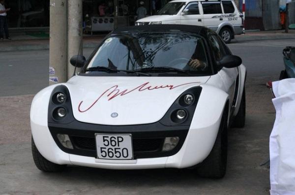 """Với tốc độ mỗi đêm chạy 7-9 show vào những năm 1990, thu nhập của danh hài Bảo Chung được ông đầu tư vào chơi xe thể thao và buôn bất động sản. Nhưng nghệ sĩ kinh doanh có mấy ai thành công, nên chỉ một thời gian, Bảo Chung đã nếm """"quả đắng"""" vì vỡ nợ. Cũng vì lý do này mà ông quyết định rời Việt Nam qua Mỹ để làm lại cuộc đời. Dù ra nước ngoài sinh sống nhưng nam diễn viên vẫn giữ niềm đam mê xe hơi. Một trong 2 chiếc xe Bảo Chung vẫn thường sử dụng trước đây là Mercedes Smart Roaster khá hiếm tại Việt Nam."""