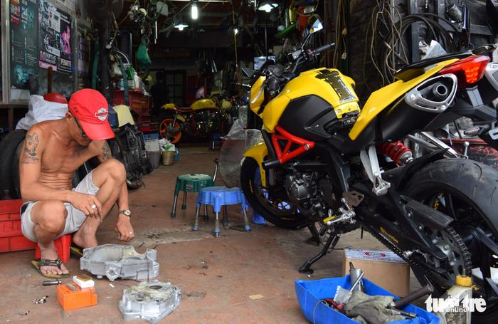 Anh Nguyễn Vi Tự tại xưởng Garage Tự Thanh Đa - Ảnh: HỒNG THỦY