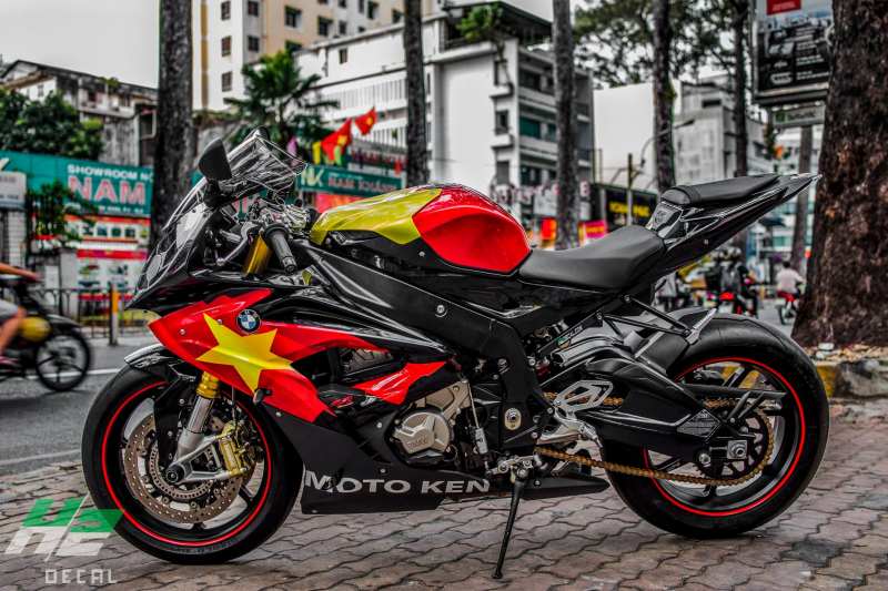BMW S1000RR dán tem trùm cờ đỏ sao vàng