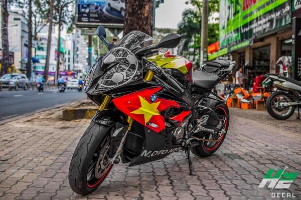 Để cổ vũ đội tuyển U23 Việt Nam, cổ động viên đã dán tem cờ đỏ sao vàng lên môtô BMW S1000RR và Exciter