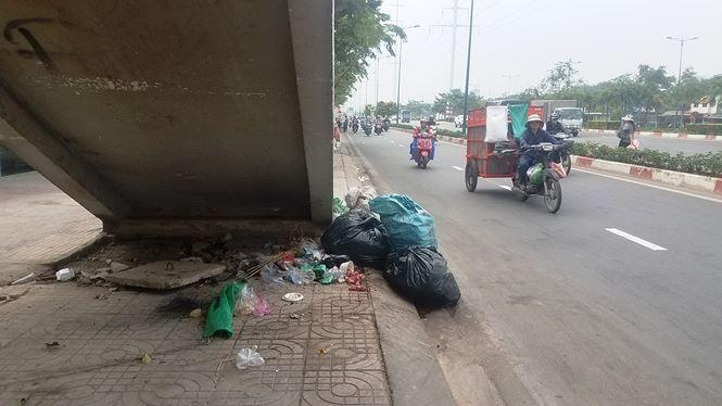Bên dưới, gầm cầu thang trở thành nơi chứa rác, vật liệu xây dựng của người dân ở gần đó...