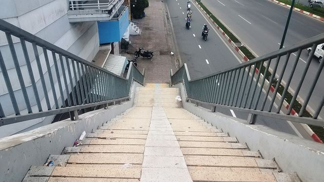 Dù hai bên đường Phạm Văn Đồng đoạn qua quận Bình Thạnh, Gò Vấp, nhà dân mọc san sát nhau, một số trạm xe buýt cũng được bố trí gần cầu bộ hành nhưng hầu như không có người sử dụng cầu.