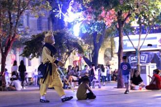 Một người cải trang thành Tề thiên đại thánh, bán kẹo ở phố đi bộ