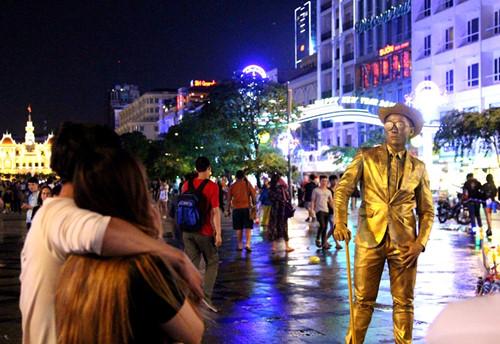 """""""Đồng nhân"""" trên phố đi bộ Nguyễn Huệ thu hút nhiều người đến chụp hình"""