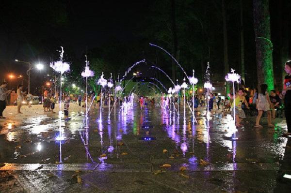 Vào mỗi dịp cuối tuần, người dân TP.HCM được chứng kiến những màn nhạc nước sống động tại Công viên văn hóa Văn Lang. Ảnh: Hà Thế An