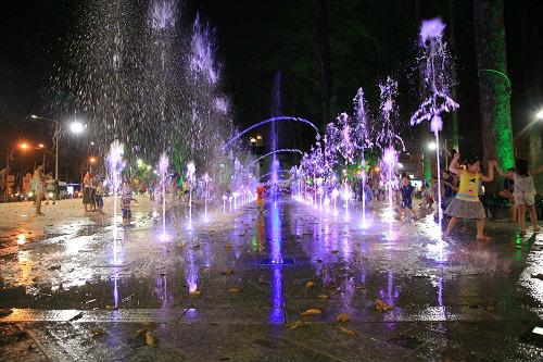 Những màn nhạc nước với những vòi nước phun cao khiến nhiều người thích thú.