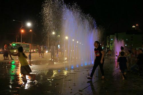 Những màn nhạc nước kết hợp với ánh sáng nhiều màu sắc.
