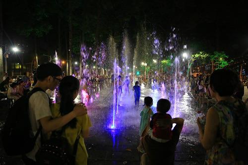 Nhiều bạn trẻ, gia đình, cặp đôi về thưởng thức nhạc nước tại Công viên Văn Lang mỗi dịp cuối tuần.