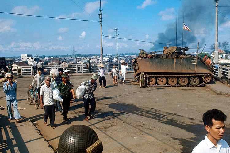 Người dân di tản khỏi khu vực chiến sự trên cầu Chữ Y (tháng 6/1968). Ảnh: Angelo Cozzi/Getty.