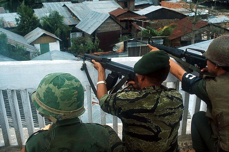 Một binh sĩ Sài Gòn sử dụng súng Ak-47 ở cầu Phan Thanh Giản. Ảnh: Angelo Cozzi/Getty.