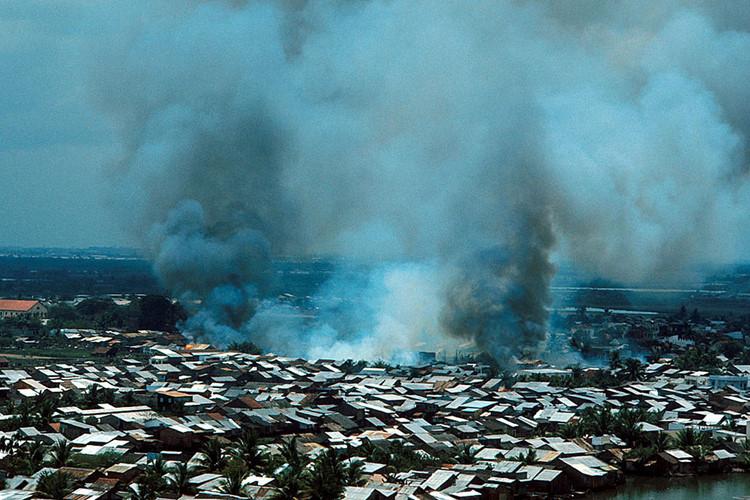Khói lửa bao trùm khu vực ngoại vi thành phố sau các cuộc pháo kích. Ảnh: Angelo Cozzi/Getty.
