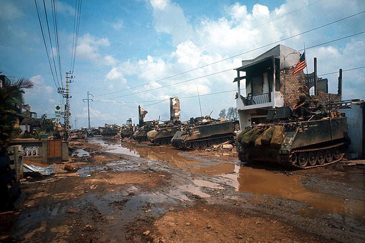 Xe bọc thép của Mỹ dàn hàng dọc theo một con đường lầy lội. Ảnh: Angelo Cozzi/Getty.