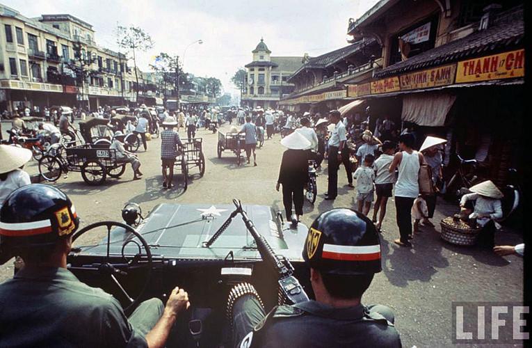 Phía trước chợ Bình Tây năm 1968, ảnh chụp từ trên một chiếc xe của quân cảnh Sài Gòn. Ảnh: Life.