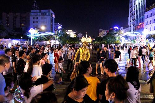 """Nhiều người tò mò với """"đồng nhân"""" trên phố đi bộ Nguyễn Huệ"""