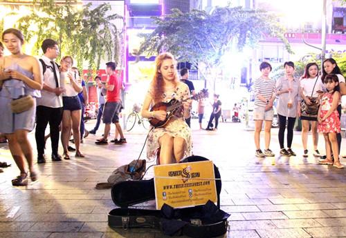 """Hình ảnh nghệ sĩ đường phố """"lạ mắt"""" với du khách ở phố đi bộ Nguyễn Huệ"""