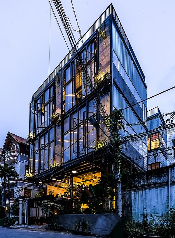Căn nhà 3 tầng có vẻ ngoài hiện đại này nằm ở quận 2, thành phố Hồ Chí Minh.