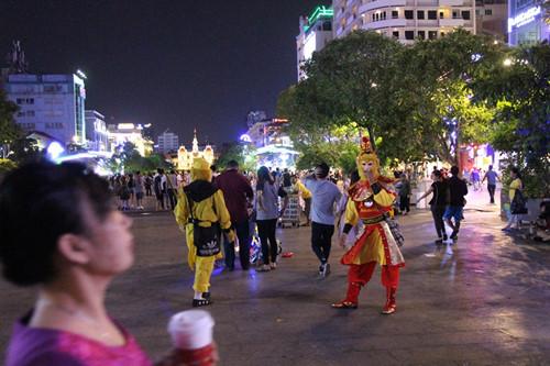 """Ở phố đi bộ Nguyễn Huệ có nhiều """"Tề thiên"""" với các phục trang khác nhau"""