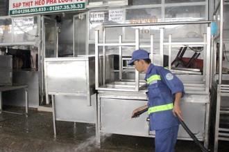 Công nhân rửa sạch khu thí điểm thịt heo theo đề án chợ đảm bảo an toàn tại chợ đầu mối nông sản thực phẩm Hóc Môn - Ảnh: XUÂN ĐÀO