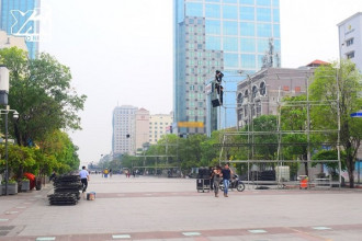 Tổ thi công đã tiến hành lắp đặt các khung sườn cho màn hình LED dọc xuyên suốt con đường Nguyễn Huệ.