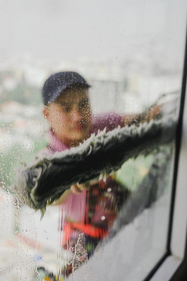 PV Thanh Niên làm nghề đu dây lau kính để thấu hiểu những vất vả khó khăn mà người công nhân mưu sinh bằng nghề này đã gặp phải
