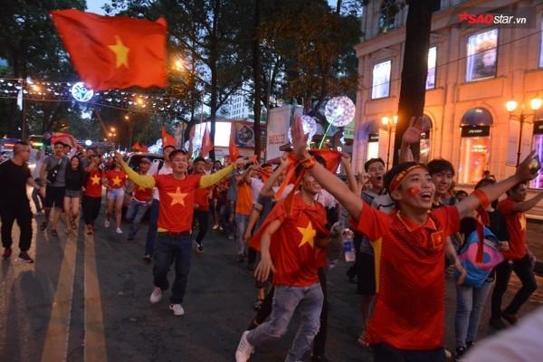 Người dân Sài Gòn đổ ra đường ăn mừng chiến thắng của U23 Việt Nam.