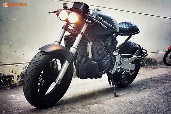 """Ra mắt vào đầu thập niên 90, xe môtô Honda Hornet 250 được ưa chuộng bởi giá rẻ kèm động cơ 4 xi-lanh 250cc mạnh mẽ với tiếng nổ uy lực. Mẫu xe này cũng thường xuyên được người chơi môtô """"biến hóa"""" thành kiểu dáng của các dòng xe khác nhau, nhưng cafe racer khá ít."""