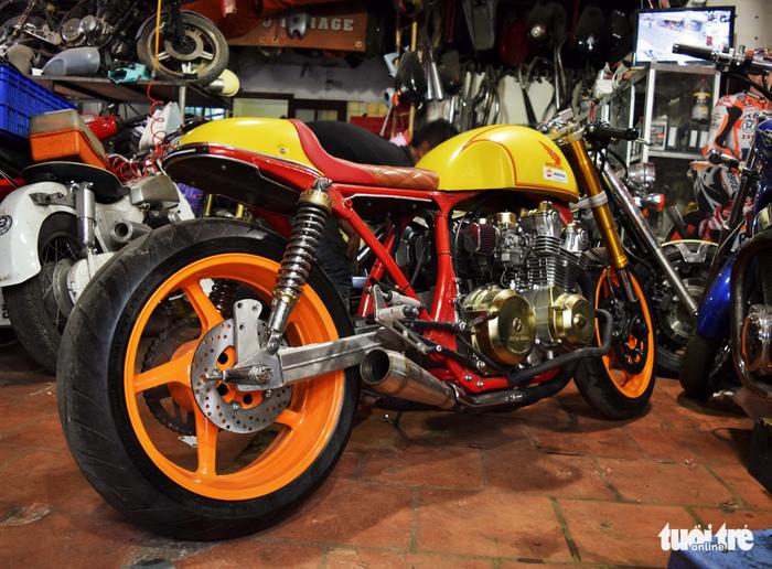Honda CB750 Cafe Racer có số lượng rất ít ở Việt Nam. Toàn bộ việc độ chiếc xe này đều do anh Tự gia công - Ảnh: HỒNG THỦY