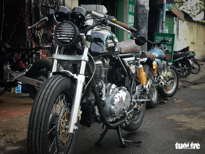 Chiếc Royal Enfield 500cc Mod Cafe Racer được làm ra từ xưởng - Ảnh: FBNV