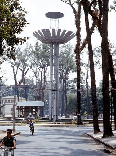 Từ năm 1970, Hồ Con Rùa thực sự được trùng tu và chỉnh trang, gồm việc dựng thêm và điều chỉnh 5 cột bê tông cao có dạng năm bàn tay xòe ra đón đỡ giống như các cánh hoa đón đỡ nhụy hoa. Tháp chính có chiều cao 34 mét. Ảnh tư liệu.