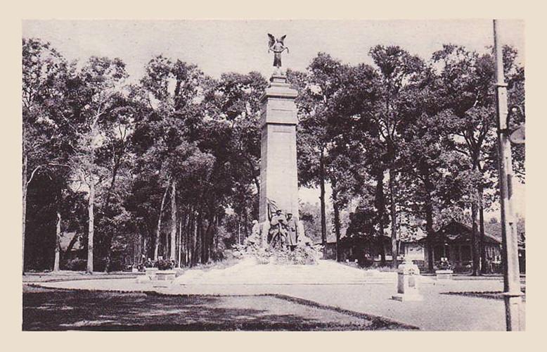 Đến năm 1921, tháp nước bị phá bỏ. Tại vị trí này, người Pháp đã cho xây dựng một tượng đài với hồ nước nhỏ để tôn vinh các binh sĩ Pháp đã tử trận ở Đông Dương. Ảnh tư liệu.